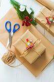 Kerstmisgift en een twijg van pijnboomnaalden op een witte achtergrond Stock Foto