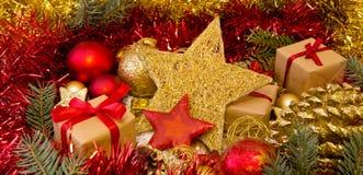 Kerstmisgift en gouden decoratie Royalty-vrije Stock Fotografie