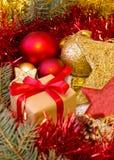Kerstmisgift en gouden decoratie Stock Foto's