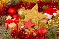 Kerstmisgift en gouden decoratie Stock Afbeeldingen