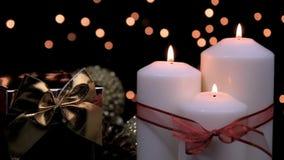 Kerstmisgift en kaarsen in atmosferisch licht stock footage