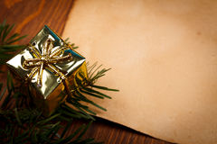Kerstmisgift en oud document Royalty-vrije Stock Fotografie