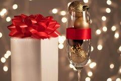 Kerstmisgift en snuisterijen op bokehachtergrond Stock Foto