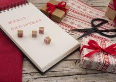 Kerstmisgift, notitieboekje, schaar op houten backg Stock Fotografie