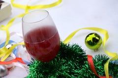 Kerstmisgift op de achtergrond van bomen, een witte doos met een roze lint, gelukkig nieuw jaar Royalty-vrije Stock Afbeeldingen