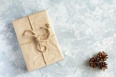 Kerstmisgift op lichte achtergrond stock afbeeldingen