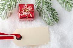 Kerstmisgift op Sneeuw met Markering Stock Fotografie