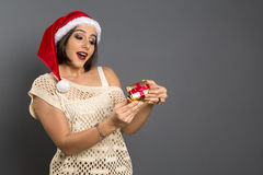 Kerstmisgift - vrouw het openen verraste gift en gelukkige, Jonge B stock afbeeldingen