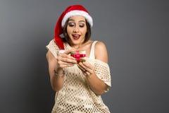 Kerstmisgift - vrouw het openen verraste gift en gelukkige, Jonge B royalty-vrije stock foto's
