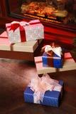 Kerstmisgiften dichtbij open haard Stock Foto's
