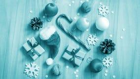 Kerstmisgiften en decoratie op de lijst Decoratief element Stock Fotografie