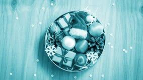 Kerstmisgiften en decoratie op de lijst Decoratief element Royalty-vrije Stock Foto's