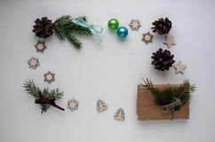Kerstmisgiften en giften voor de vakantie Nette takken en D stock afbeelding