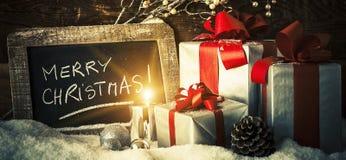 Kerstmisgiften en kaars Stock Afbeeldingen