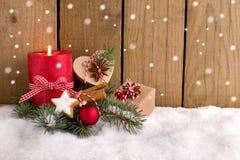Kerstmisgiften en kaars in de sneeuw Royalty-vrije Stock Foto