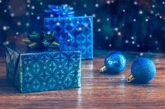 Kerstmisgiften en Kerstmisballen op een houten lijst Royalty-vrije Stock Afbeelding