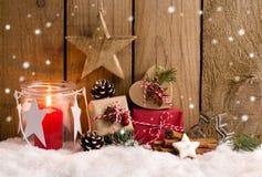 Kerstmisgiften en lantaarn in de sneeuw Stock Foto
