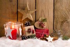Kerstmisgiften en lantaarn voor een houten omheining Stock Foto's