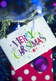 Kerstmisgiften en woorden Vrolijke Kerstmis Stock Afbeelding