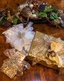 Kerstmisgiften in het elegante plaatsen worden verpakt die Royalty-vrije Stock Foto's