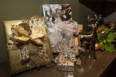 Kerstmisgiften in het elegante plaatsen worden verpakt die Royalty-vrije Stock Afbeeldingen