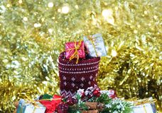 Kerstmisgiften in kous in decoratie wordt genesteld die Stock Afbeelding