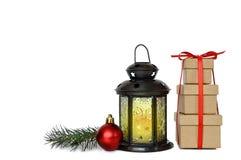 Kerstmisgiften, lantaarn en rode die snuisterij op witte achtergrond worden geïsoleerd Stock Fotografie