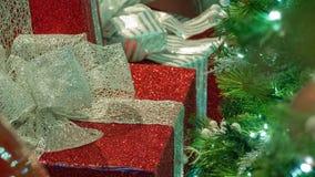Kerstmisgiften in Linkerzijde van Kader met Velddiepteonduidelijk beeld in Recht van Kader royalty-vrije stock foto's