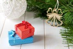 Kerstmisgiften met decoratie op houten achtergrond Stock Afbeeldingen