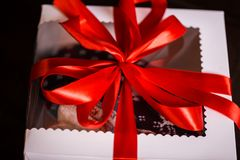 Kerstmisgiften met rode boog en Kerstmisverlichting royalty-vrije stock fotografie