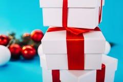 Kerstmisgiften op blauwe achtergrond Royalty-vrije Stock Afbeeldingen