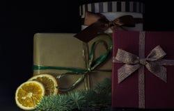 Kerstmisgiften op de Donkere Achtergrond De ruimte van het exemplaar Stock Foto's