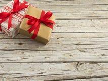Kerstmisgiften op houten achtergrond Royalty-vrije Stock Afbeeldingen