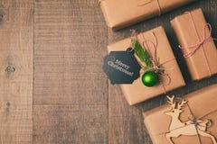 Kerstmisgiften op houten achtergrond Retro filtereffect Mening van hierboven Stock Foto