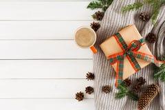 Kerstmisgiften op witte houten lijstachtergrond Sjaal, Kerstmisdoos, spartak, kop van coffe Royalty-vrije Stock Fotografie