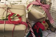 Kerstmisgiften, retro decoratie, sterren en rode linten, Stock Foto's