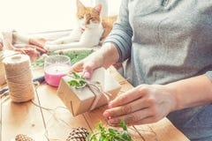 Kerstmisgiften van vrouwen verpakkende eco stock afbeeldingen