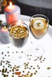 Kerstmisglazen champagne met lichten op de achtergrond Royalty-vrije Stock Foto's