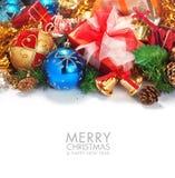 Kerstmisgrens met een blauw ornament en een kleine klok Stock Afbeeldingen