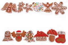 Kerstmisgrens met peperkoekkoekjes op wit wordt geïsoleerd dat Royalty-vrije Stock Foto