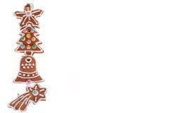 Kerstmisgrens met peperkoekkoekjes op wit wordt geïsoleerd dat Royalty-vrije Stock Foto's