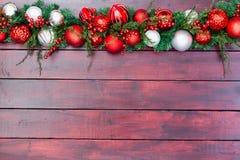 Kerstmisgrens van rode en witte snuisterijen Stock Afbeelding