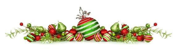 Kerstmisgrens van rode, groene en witte ornamenten en takken Stock Foto's