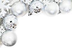 Kerstmisgrens van sneeuwvlokken en zilveren snuisterijen Royalty-vrije Stock Foto