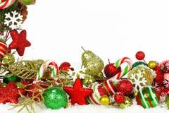 Kerstmisgrens van takken en ornamenten in sneeuw Royalty-vrije Stock Foto
