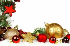 Kerstmisgrens van takken en ornamenten in sneeuw Stock Foto's
