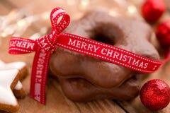Kerstmisgroeten met peperkoeksterren Stock Afbeeldingen