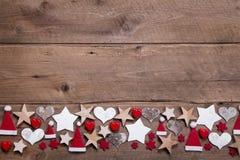 Kerstmishart en sterrendecoratie als grens of kader op woode Stock Foto