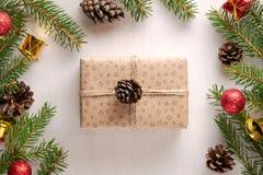 Kerstmisheden in ambachtdocument en streng die wordt verpakt royalty-vrije stock foto