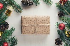 Kerstmisheden in ambachtdocument wordt verpakt met streng op witte achtergrond die stock foto